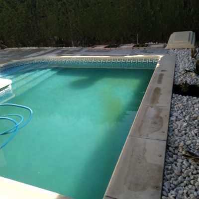 Terraza perimetral a piscina
