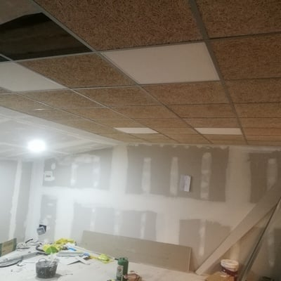 Montaje de techo desmontable en placa de madera.