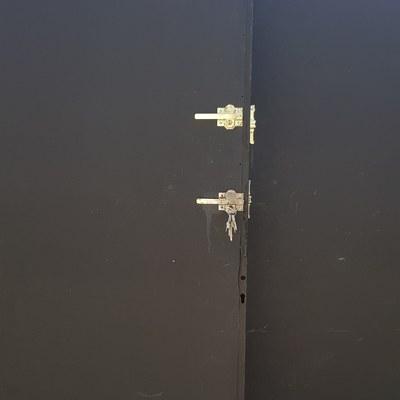 Cerrojos instalados en puerta de cancela