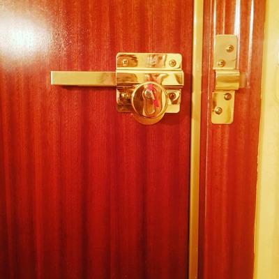 Instalacion cerrojo puerta de entrada