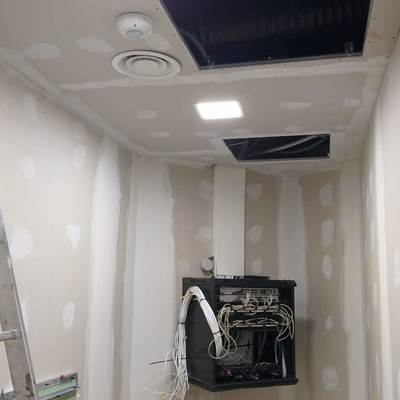 iluminacion con panel led integrat, sensor de presencia y cableado de Rack Informatico