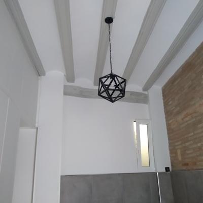 Vigas de madera en gris combinado con paredes en color blanco roto.
