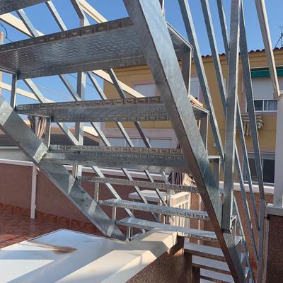 Escalera galvanizada por inmersión para terraza
