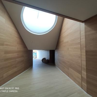 Panelado de madera en zona comunitaria residencial