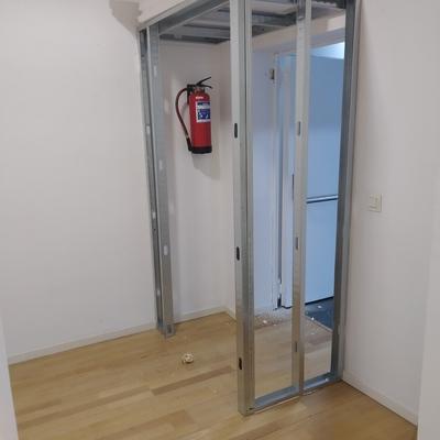 Reubicación de puerta de emergencia