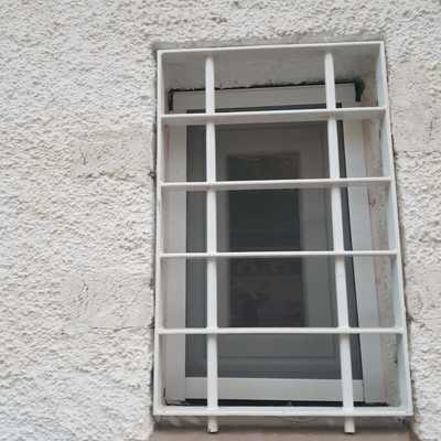 ventana de pvc y reja