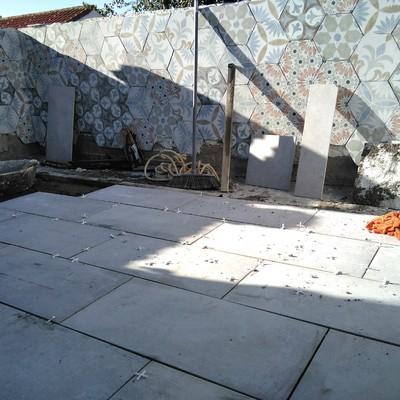 Obra de revestimiento con azulejo e impermeabilización de una terraza