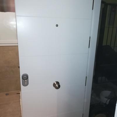 Puerta blindada lacada en blanco