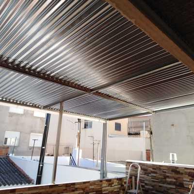Tejado de lámina galvanizada  y estructura metálica