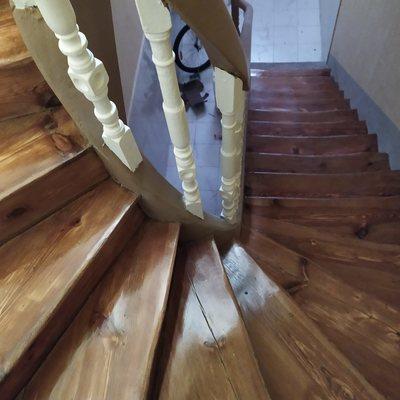 Lijado y barnizado de escalera