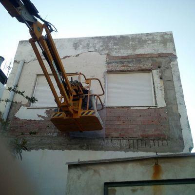 Fachada de casa unifamiliar en obras