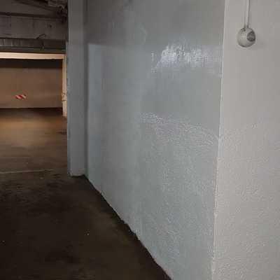 Terminación de pintura en pared de garaje