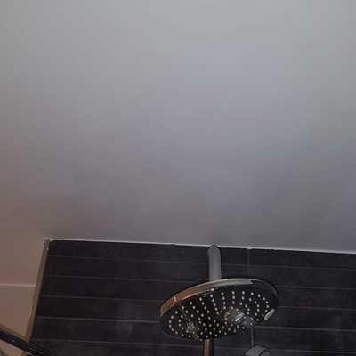 Terminación de pintura en techo de baño
