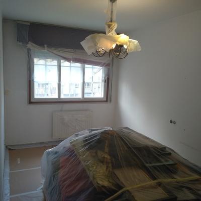 Habitación tapada y preparada para pintar