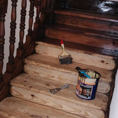 Acuchillado en caja de escalera para aplicar tono roble oscuro