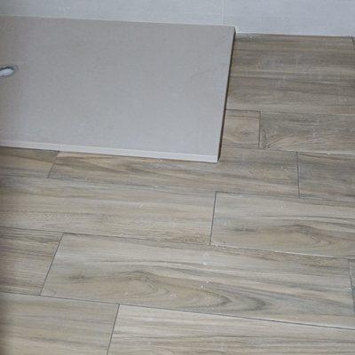 Plato de ducha y pavimento cerámico imitación madera