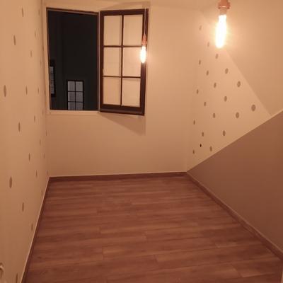 Habitación decorada después de alisar