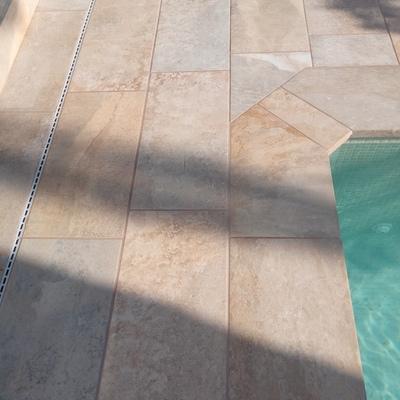 Detalle de las esquinas y la rejilla pluvial decorativa.