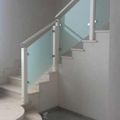 Escalera de madera con cristal de seguridad