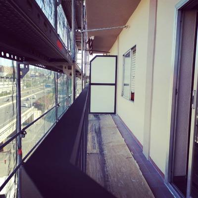 Separador de balcones y barandilla