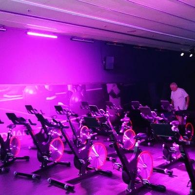 Sala de Spinning con Iluminación Espectacular
