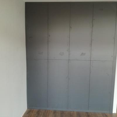 Armario empotrado con puertas batientes en gris grafito, sin tirador(push)