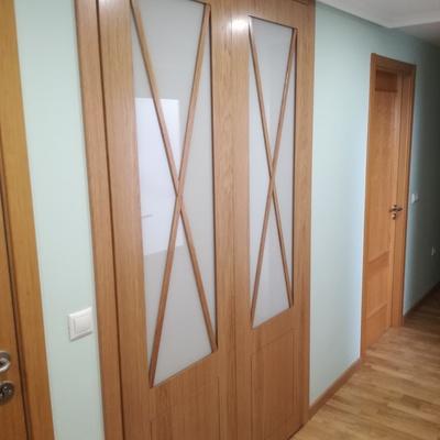 Armario de puertas batientes, con mecanizado en aspas y cristal lacado