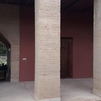 Formacion de pilar de tierra prensada con base de obra vista