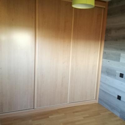 Armario de puertas correderas en haya vaporizada y panelado de pared en gris mixto