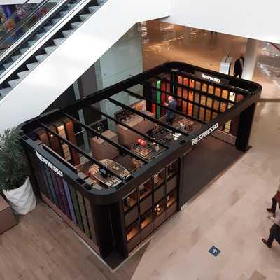Muntatge de mobiliari per empreses a centres comercials