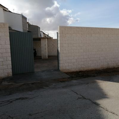 Cerramiento de bloque blanco Sevilla rugoso visto por las dos caras.