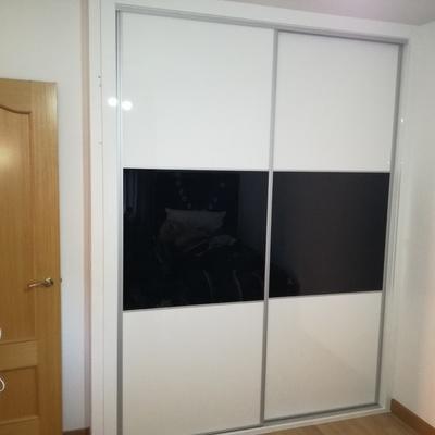 Armario de puertas correderas estilo japones, en lux blanco y cristal lacado negro