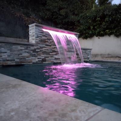 Cascada con lineal de luz RGB.