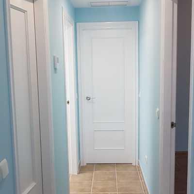 pasillo alisado y pintado en azul, puertas lacadas