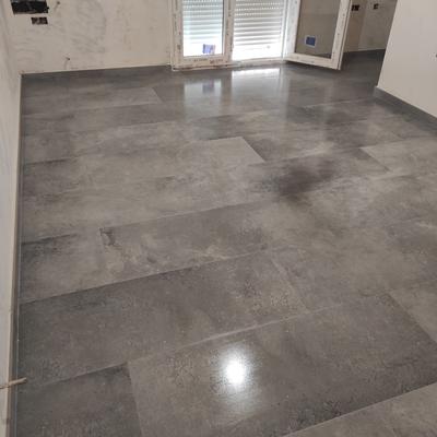 Solado de vivienda en baldosas de 120x45 cm color titanio