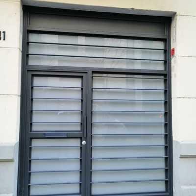 Puerta de hierro y vidrio para local