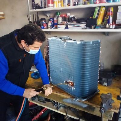 Reparación de condensador de unidad exterior de aire acondicionado tipo split
