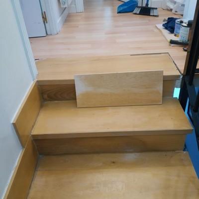 cambio de peldanos y frente escalera madera maciza con ajuste de color