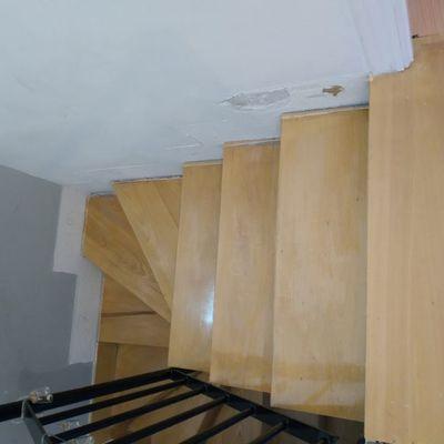 cambio de peldanos y frente escalera madera maciza , lacado y barnizado