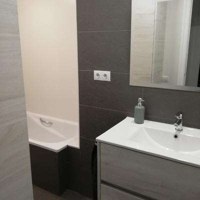 Baño con revestimiento y pavimento Porcelánico.