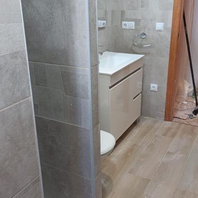 Cambio de bañera por ducha, construcción de muro y alicatado nuevo de suelo y paredes