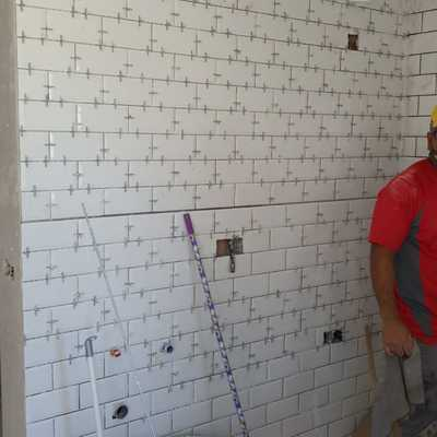 Alicatado de azulejos en cocina.