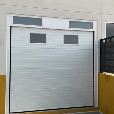 Puerta seccional con ventana.