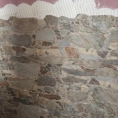 Colocación de cerámica imitando piedra rustica