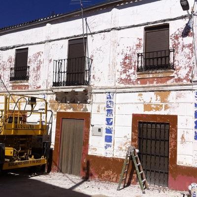 Decapado de fachada con agua a presión y raspado de la totalidad de pinturas en mal estado