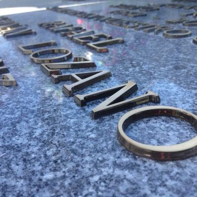 Inscripción letras de bronce