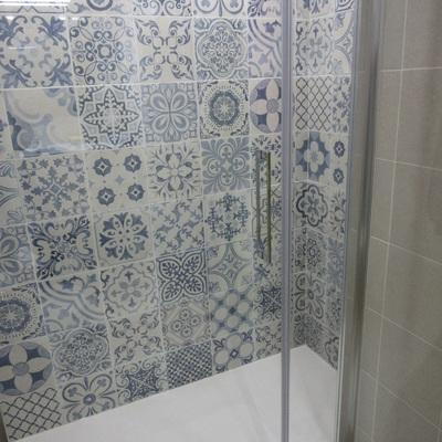 Baño mampara de cristal.