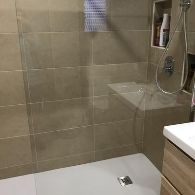 Baño con estanteria de obra