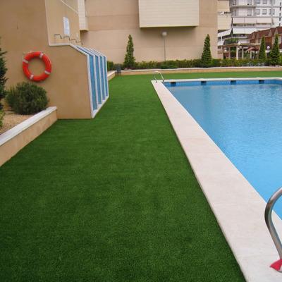 Césped artificial en piscina urbanización