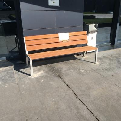 Montaje de banco exterior en CEU